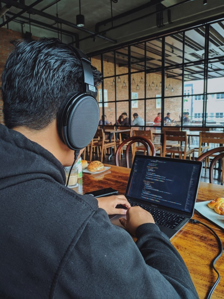web developer in cafe wondering is javascript easy to learn